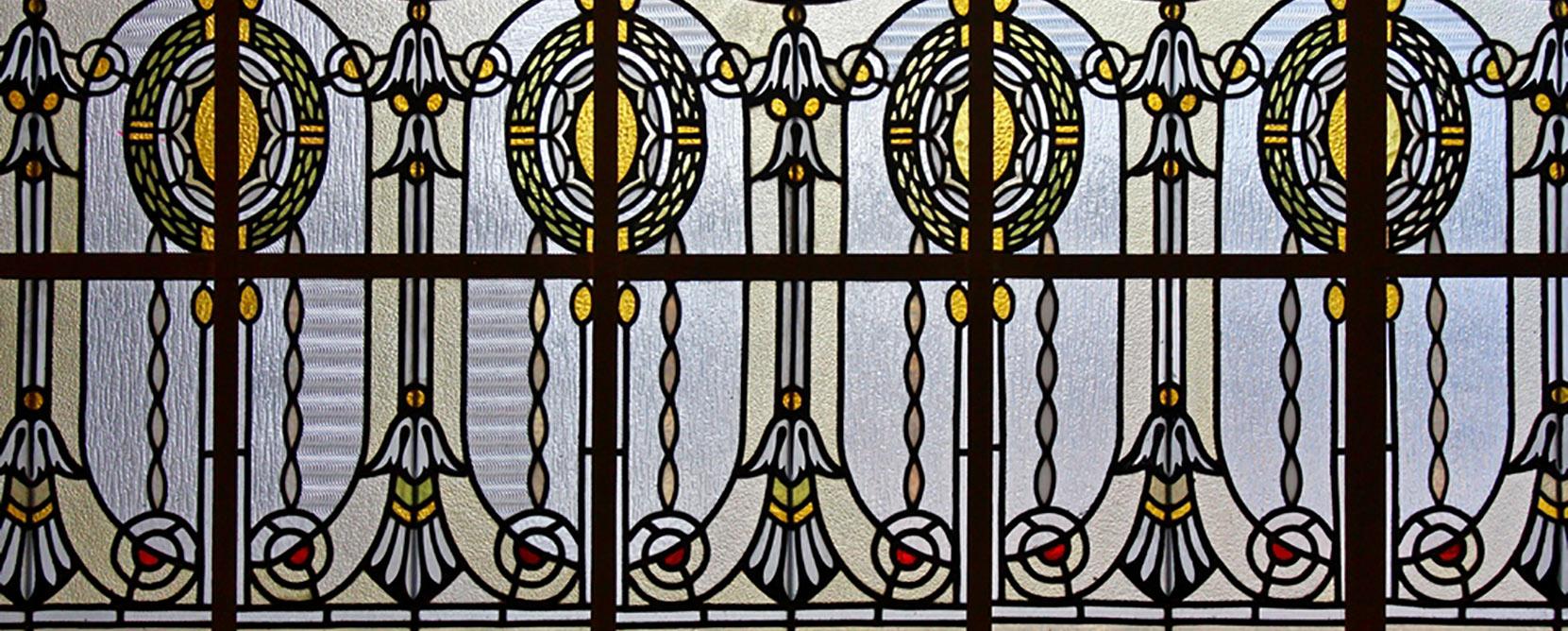 A kolozsvári Karolina Kórház ravatalozójának festett üvegablakai